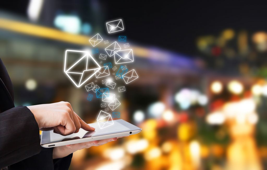 Businesswoman,Are,Sending,Email,By,Using,Digital,Tablet